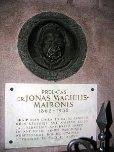 Maironio kapas Kauno arkikatedros bazilikos šventoriuje