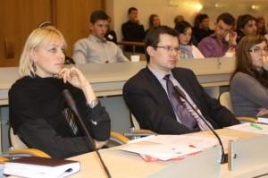 Gimnazistai atidžiai klausosi pranešimo apie antreprenerystės sampratą.